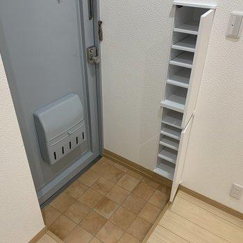 玄関にはコンパクトながら収納力のあるシューズボックスが!