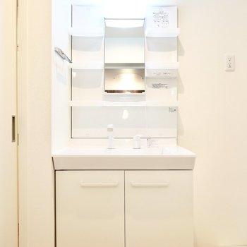 その隣には洗面台。棚付きは化粧品が多い方に嬉しいんじゃないでしょうか。