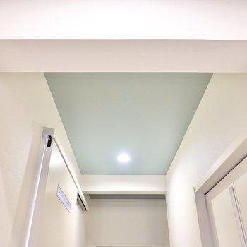 廊下の天井まで水色のクロス。細かいこだわりが住み心地を良くしてくれる気がします。