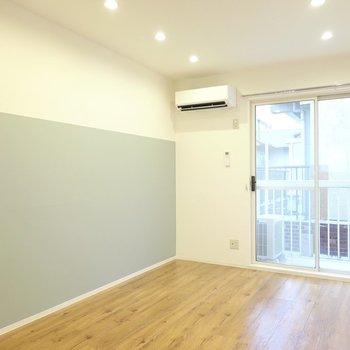 木目の床と白い壁のナチュラルな空間に変身。水色のクロス、なんて可愛らしいの…!