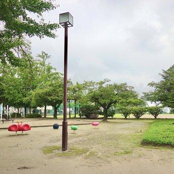 お部屋の目の前には緑がいっぱいの公園。週末の散歩コースに組み込んではいかがでしょうか◎