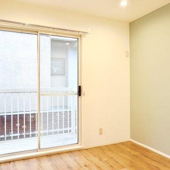 洋室は6帖ほどの広さ。省スペースな布団ベッドが良さそうかな。