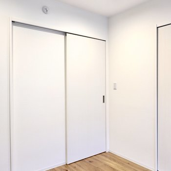 ドアが引き戸だから、開け閉めの幅を考えず家具配置ができるのはかなり安心ポイント。
