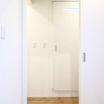 脱衣所は廊下へのドアを開けて正面に。引き戸だから開け閉めがスムーズなんですよ。