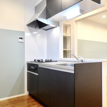 壁の向こうの黒いキッチンも空間にメリハリを効かせてるんです。