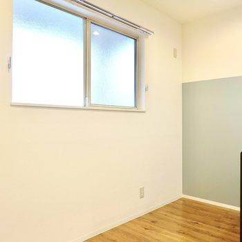 背面側のキッチン家電置き場もこんなに広々。大きな窓で換気もサッとできますよ。