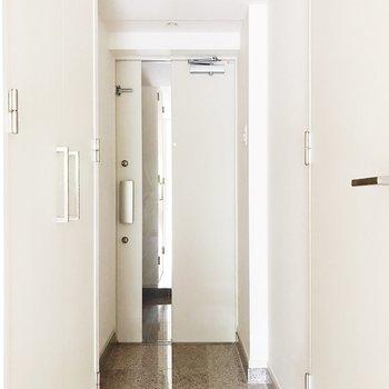 玄関は大理石調のデザインが素敵