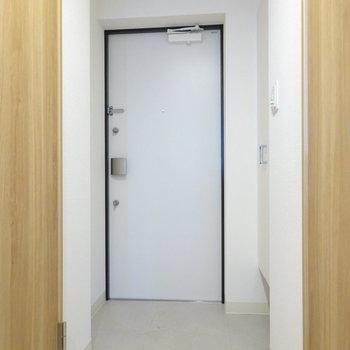 玄関もホワイトで。
