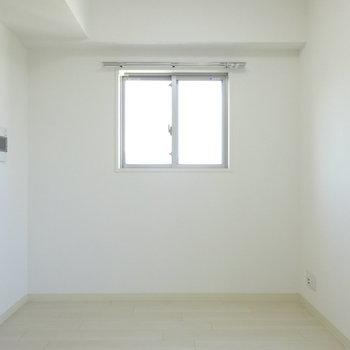 西側の壁。窓が二面あると嬉しいですね!