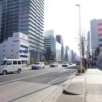 大通りを通って駅へ。