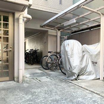 奥にはバイクの駐車場も。