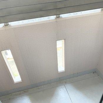 【洋5.7】窓の外にはコンパクトですがベランダも。