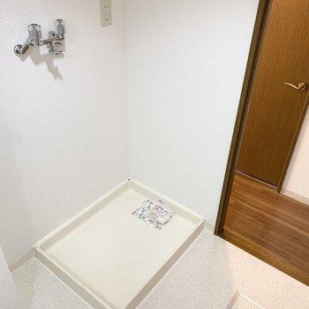 ドアの脇には洗濯機置場。ゆったりとした脱衣スペースです。