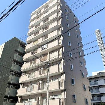 駅徒歩2分の11階建て鉄骨鉄筋コンクリート造のマンションです。