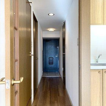 キッチンのお隣のドアの向こうには廊下が伸びます。