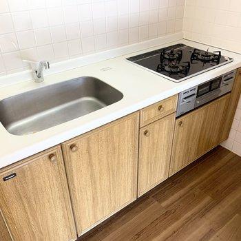 木調のキッチンに白いトップが映えますね◎