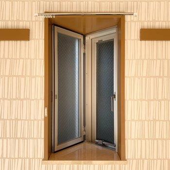 【洋6】角部屋ならではの小窓も良い雰囲気◎