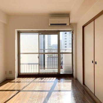 少し幅広な窓から差し込む陽光が10帖弱の空間を照らします。