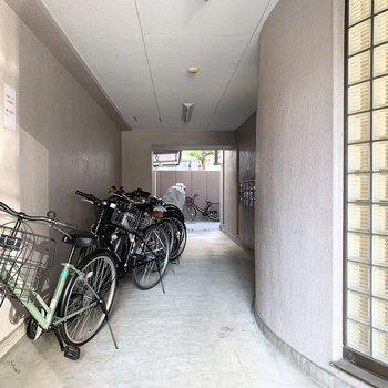 自転車置場もしっかり屋根付です。