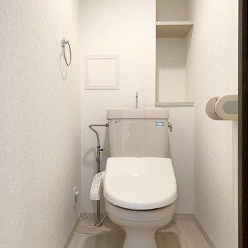 おトイレはLDKから廊下に出てすぐ左のドアの中に。ウォシュレットと棚付が嬉しいですね。