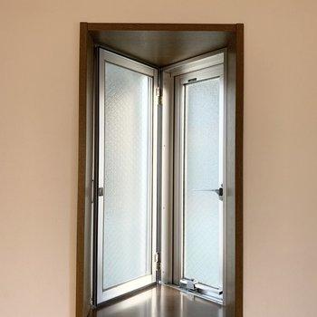 【洋5.7】こちらも三角の突き出し窓です。