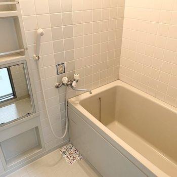 お風呂は少し懐かしい雰囲気のタイル張で落ち着く空間。