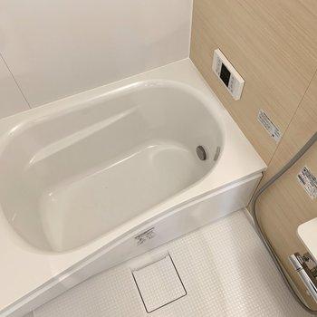 腕が置けるお風呂でリラックスタイム(※写真は3階の同間取り別部屋のものです)