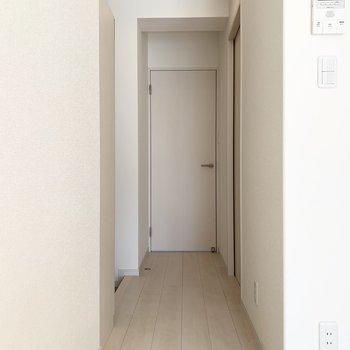 廊下も白が基調の内装(※写真は3階の同間取り別部屋のものです)