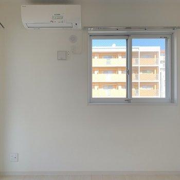 こちらが洋室【4.2畳】(※写真は3階の同間取り別部屋のものです)