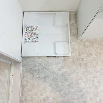 生活動線良しな配置の洗濯機置き場 (左手が浴室)(※写真は3階の同間取り別部屋のものです)