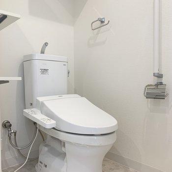 ウォシュレット付きのトイレ(※写真は3階の同間取り別部屋のものです)