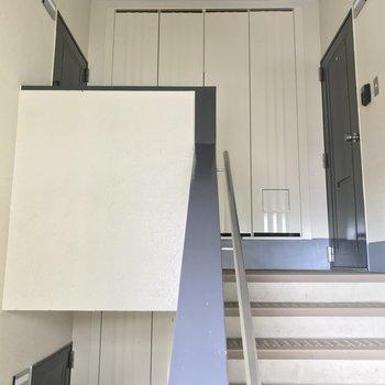 階段をのぼって5階まで。幅は広いので家具の搬入は問題なさそう。