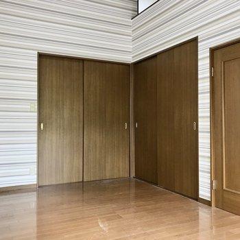 こっちの壁はストライプ。扉の先は・・・(※写真は清掃前のものです)