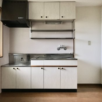 キッチン横には冷蔵庫をどうぞ◯(※写真は清掃前のものです)