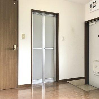 向かい側はトイレとお風呂。玄関にはシューズボックスがないのでラックを置きたい(※写真は清掃前のものです)