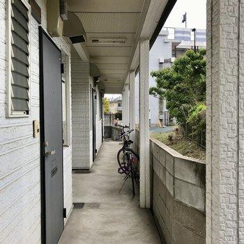 今回のお部屋は一番奥!玄関の向かい側にはJRの電車が走ります