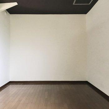 上の洋室は7帖ほど!ベッドやデスクも置けますよ(※写真は清掃前のものです)