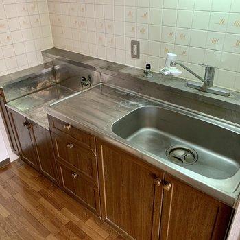 【LDK】作業スペースがしっかりあるので、調理しやすいですね。※写真はクリーニング前のものです