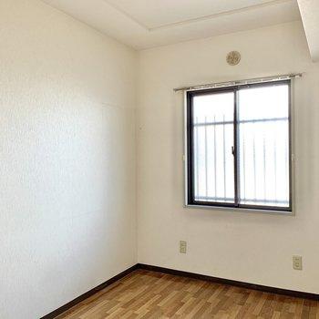 【洋室約4.9帖】窓の外は共用部ですが、型板ガラスなので閉めれば目線は気になりません。※写真はクリーニング前のものです