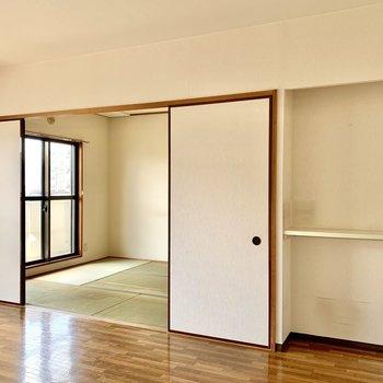 【LDK】お隣の和室へ。※写真はクリーニング前のものです