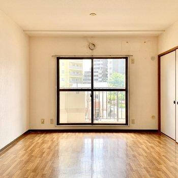 【LDK】2部屋を仕切る引き戸を閉めても開放的に使えます。※写真はクリーニング前のものです