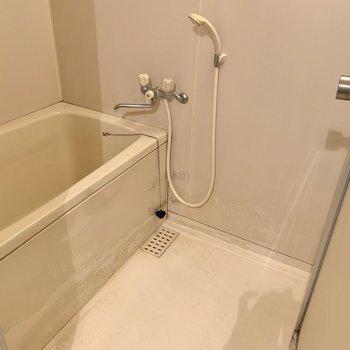 お風呂はちょっと狭めかな。ラックがあるとスペースを保てますね。※写真はクリーニング前のものです