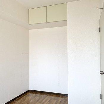 【洋室約4.9帖】天袋物入れ下にさらにラックを置くと良さそう。※写真はクリーニング前のものです