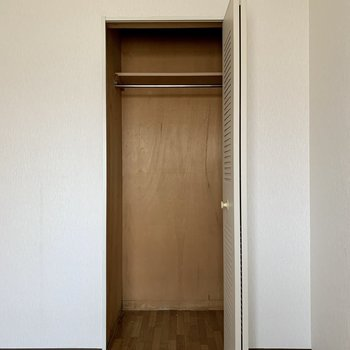 【洋室約5帖】丈の長い洋服が掛けられますよ。※写真はクリーニング前のものです