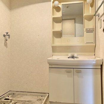 洗面台と洗濯機置場は隣り合っています。※写真はクリーニング前のものです