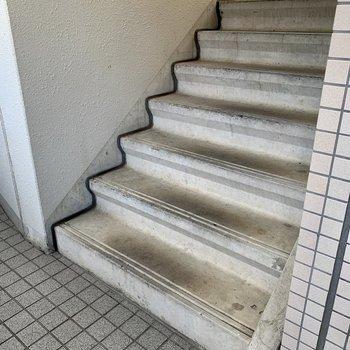 お部屋までは階段で。普段のお買い物の荷物くらいなら通りやすい広さです。