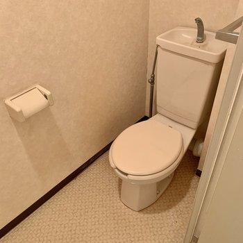 トイレは落ち着く個室ですよ。上部には棚もあります。※写真はクリーニング前のものです