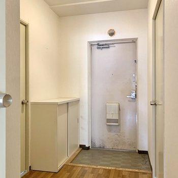 玄関は段差が少なめで躓くこともなさそうです。※写真はクリーニング前のものです