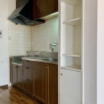 【LDK】キッチン隣のちょっとした収納は、布巾などを仕舞うのにどうぞ。※写真はクリーニング前のものです