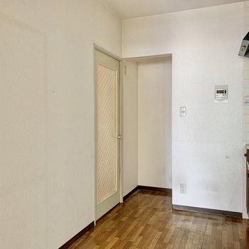 【LDK】キッチン後ろには冷蔵庫や食器棚が置けますよ。※写真はクリーニング前のものです